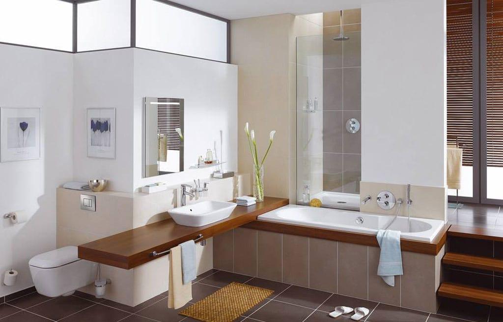 Komplettbadezimmer mit braunen Fließen