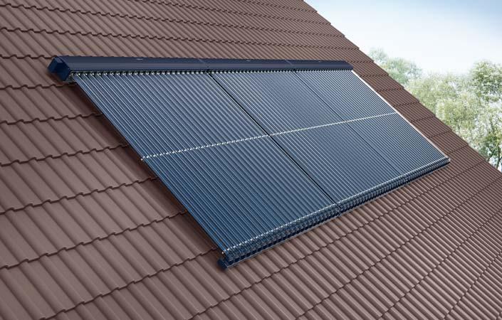 Solaranlage zur Erzeugung erneuerbarer Energien auf einem roten Dach